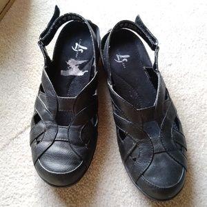 Black Slingback Sandals by Life Stride 🌲🎁